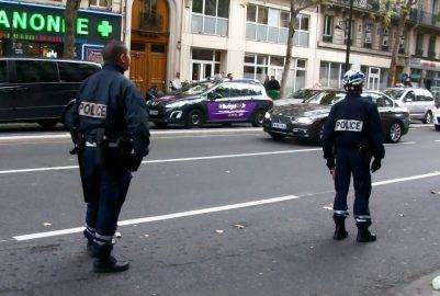Les policiers doivent-ils être désarmés hors service?