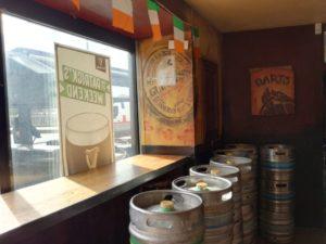 Le stock de fûts de bière du pub irlandais De Danu