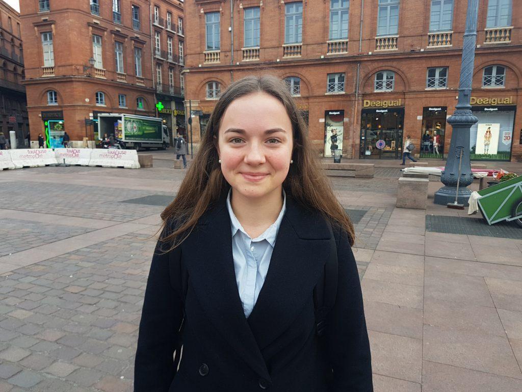 Isse, une lycéenne de 18 ans donne son avis sur le renforcement des églises pendant pâques.