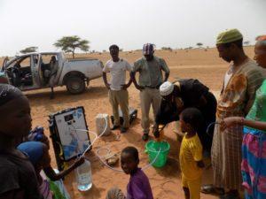 Installation d'un Aqualink dans le village de Thieurigne au Sénégal. Crédit : Sunwaterlife