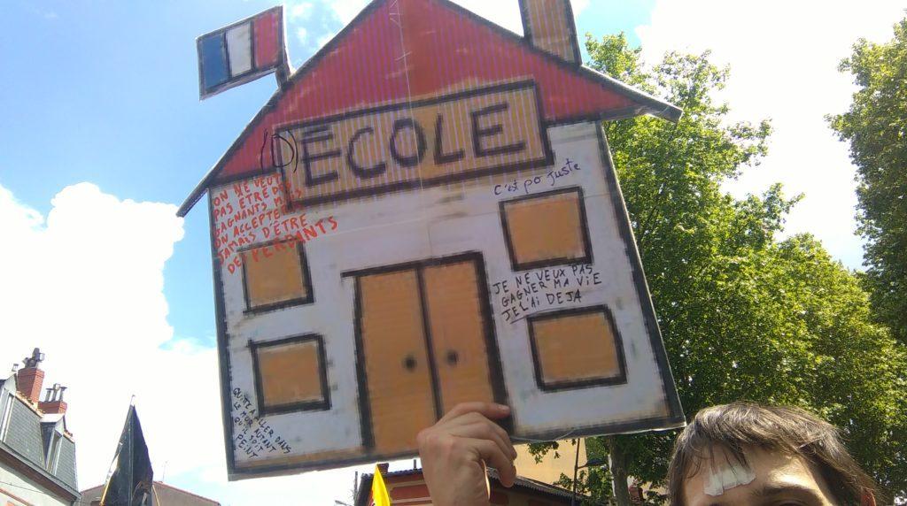 Les pancartes contribuent aussi à l'ambiance d'une manifestation.