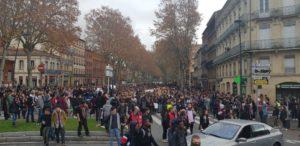 Les étudiants et lycéens marchent sur le boulevard de Strasbourg