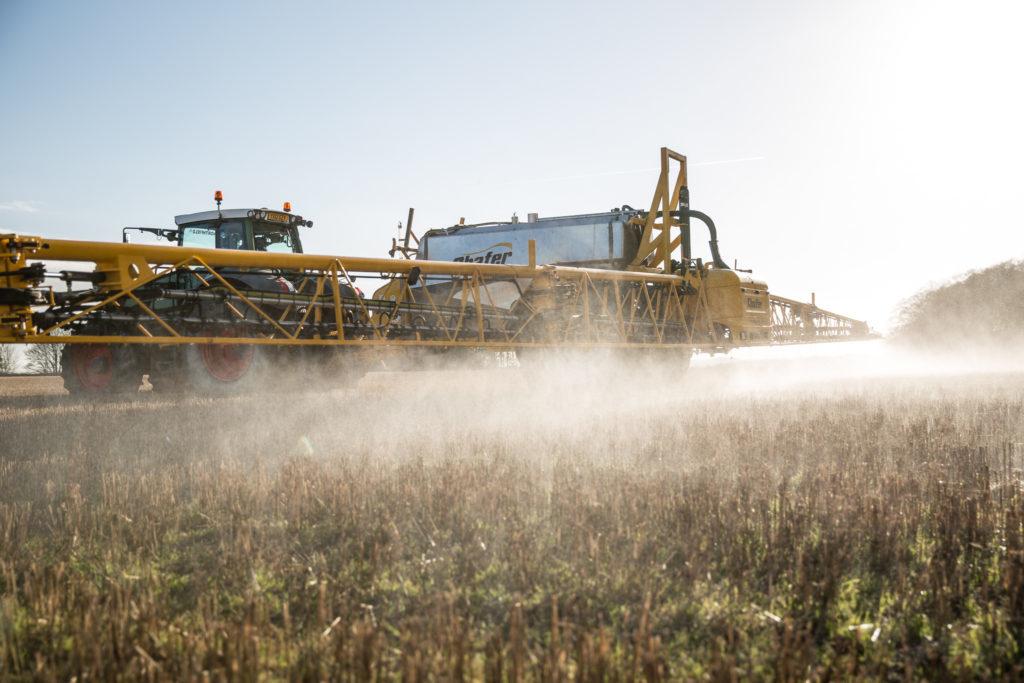 Une machine agricole en plein travaux dans un champs. Crédit: Chafer-44/CC BY 2.0