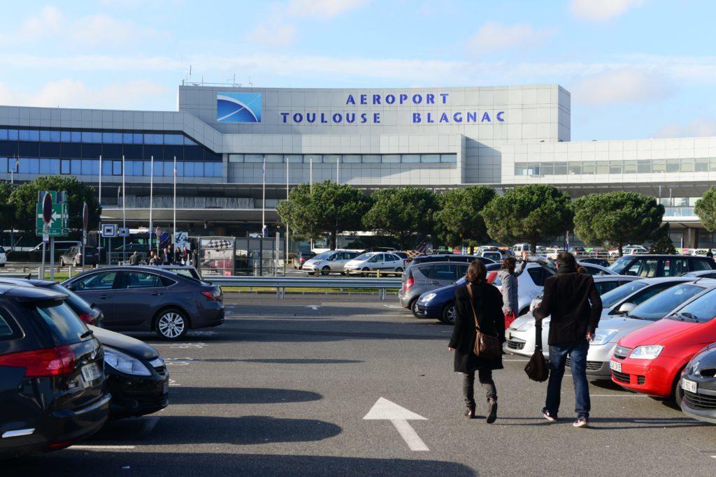 Façade de l'aéroport Toulouse-Blagnac. Cet aéroport est détenu à 49,99 % par Casil Europe, un actionnaire privé.