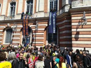 Environ 300 manifestants se sont regroupés place du Capitole pour prendre d'assaut la mairie de Toulouse. Crédit : Côme.