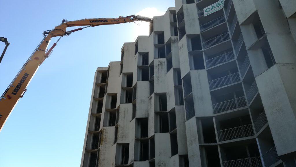 Résidence des Castalides : la démolition de « l'immeuble de la honte » a commencé dans le quartier du Mirail.