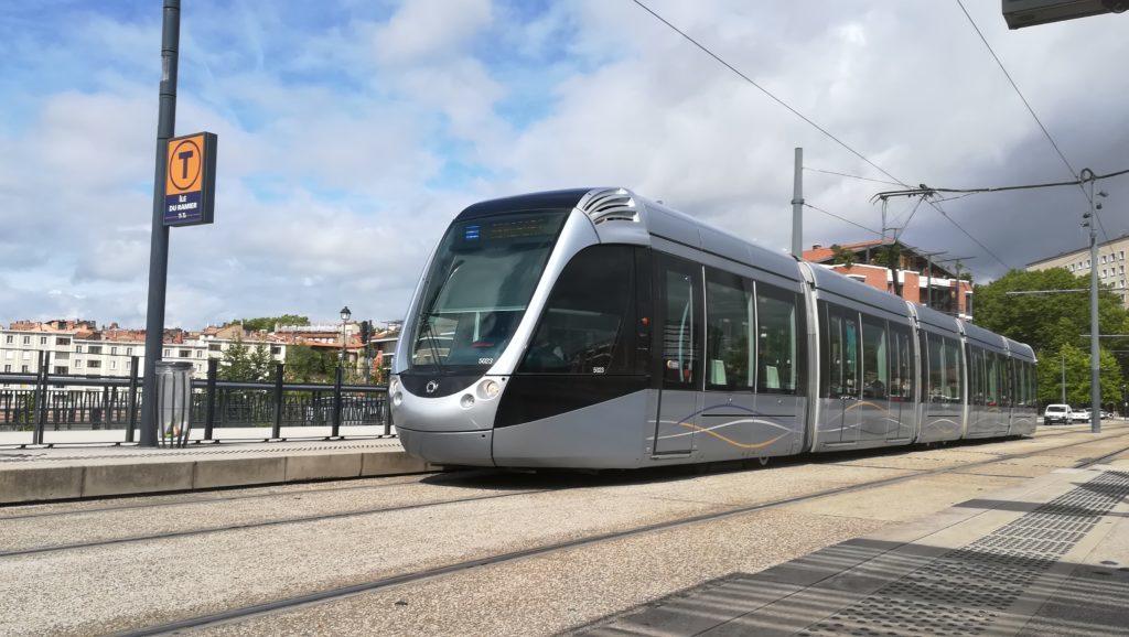 Un tramway approche une station sur le point pont Saint-Michel à Toulouse.