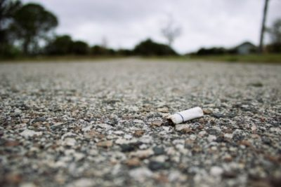 Incivilité : Un mégot laissé sur le sol.