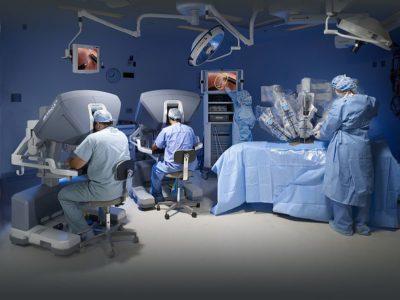 Opération chirurgical à l'aide de la robotique. Source : ©[2016]