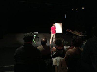 L'agronome Mathieu Dalmais, gesticulant sa conférence devant les spectateurs attentifs