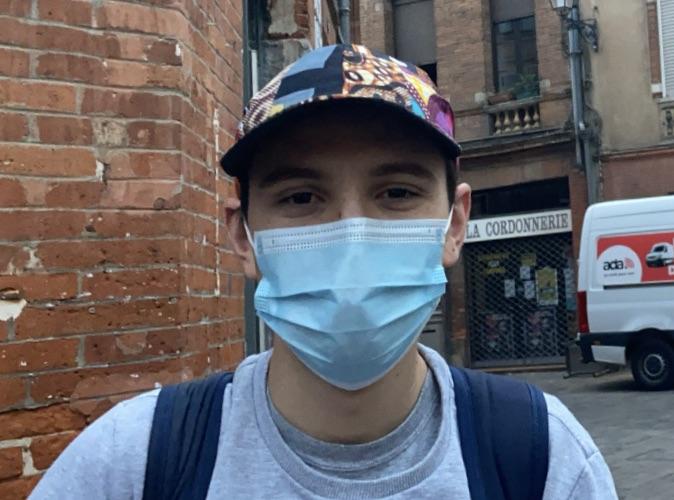 Image d'un étudiant d'UT1 dans les rues de Toulouse
