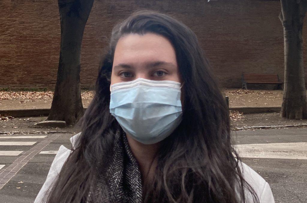 Image d'une étudiante d'UT1 dans les rues de Toulouse