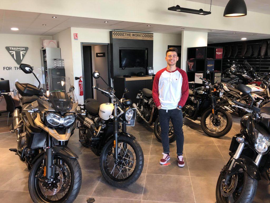 Léo dans sa concession de moto