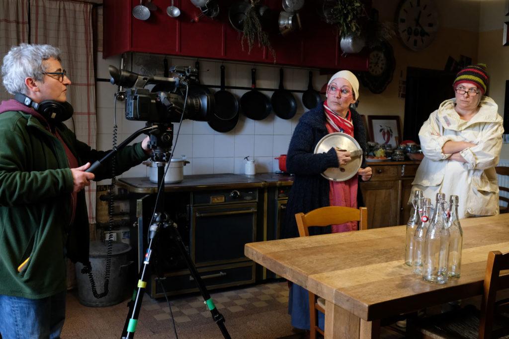 Isabelle Gerbaud, Jane Agou-Géraudie et Nathalie Bouillard en plein tournage pour la série aveyronnaise Mona et Lisa