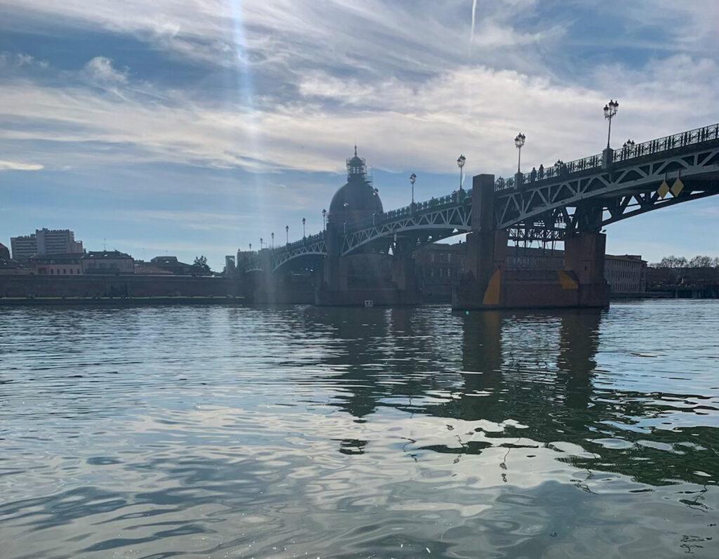 Vue sur la Garonne et le dôme la Grave depuis les berges de la rive droite de Toulouse, au bord de l'eau.