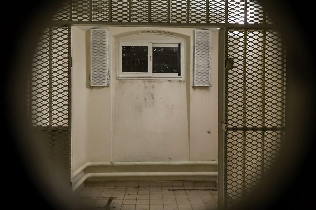 Cellule du quartier d'isolement de la prison Jacques-Cartier de Rennes (France), à travers le judas